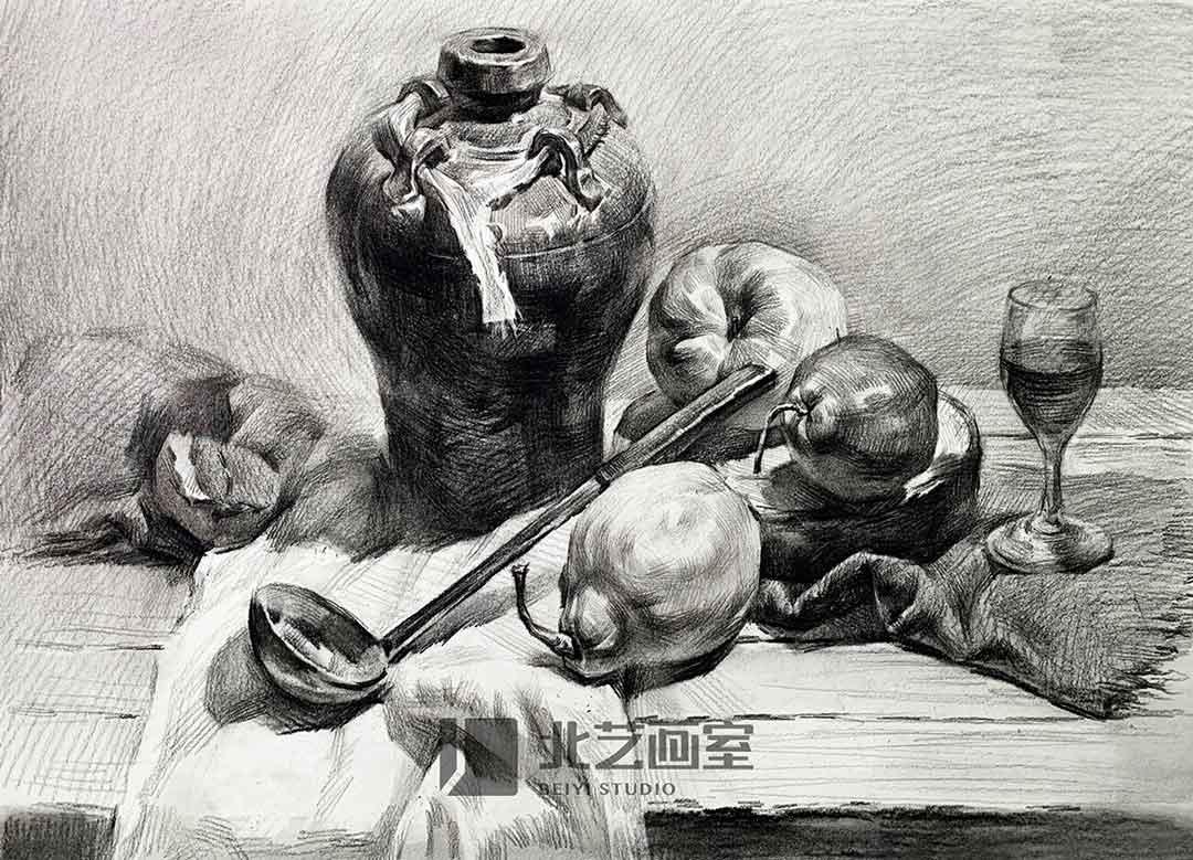 素描静物——釉罐子、汤勺、酒杯、梨、苹果组合训练作品