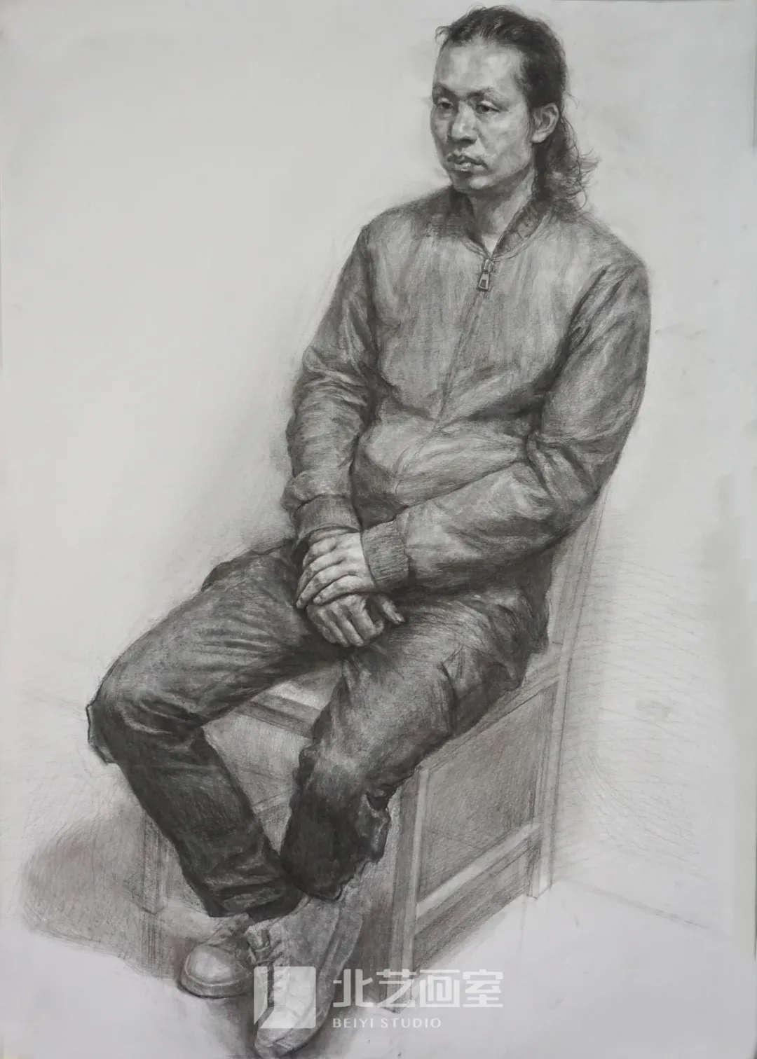 素描半身像作品——男中年四分之三侧坐姿