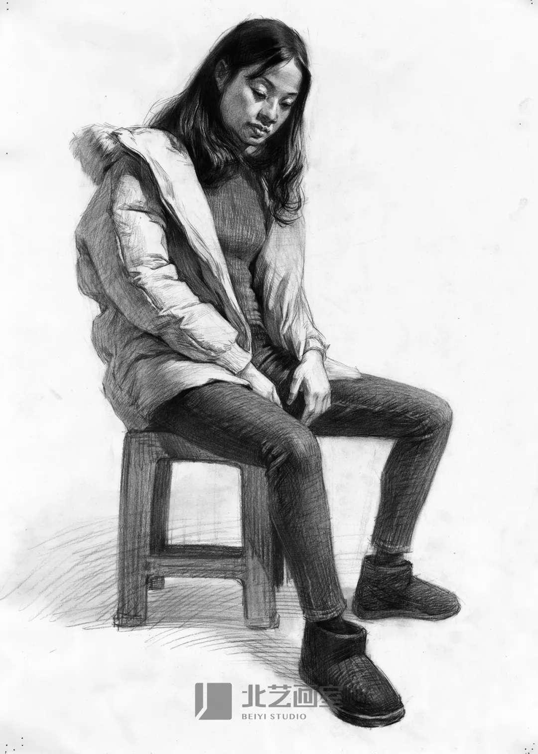 素描半身像作品——穿羽绒服女青年坐姿