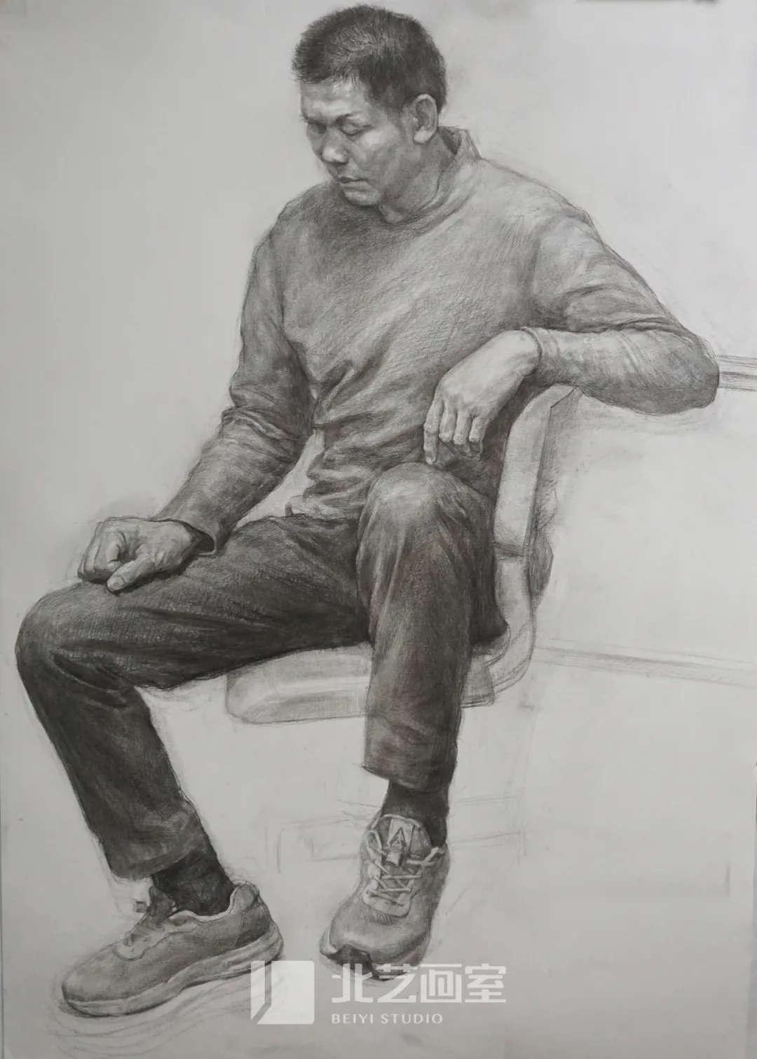 素描半身像作品——四分之三侧男中年坐姿