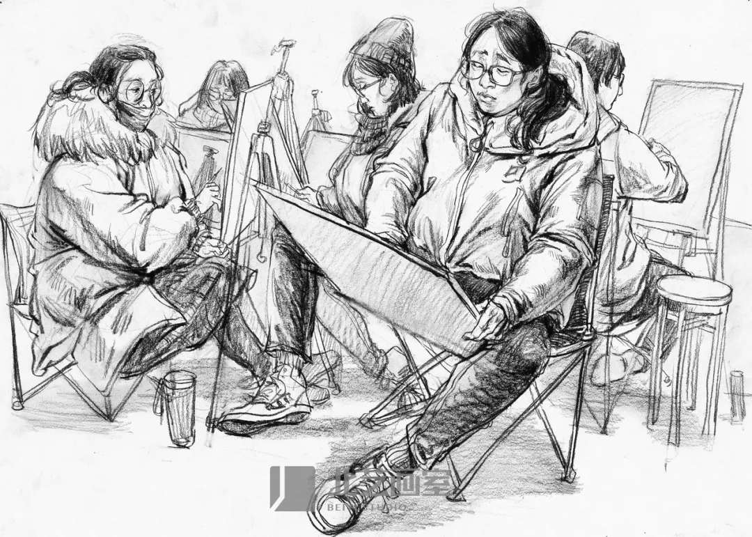 校考场景速写——正在画画的学生