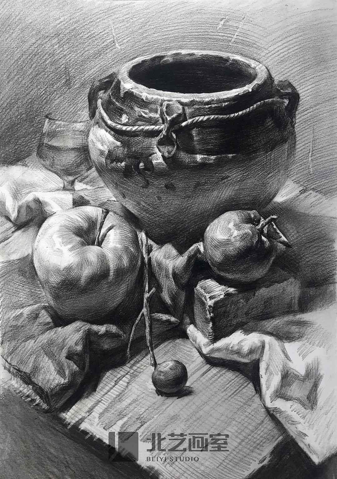 素描静物——釉罐子、西红柿、树枝、酒杯、桌布组合作品